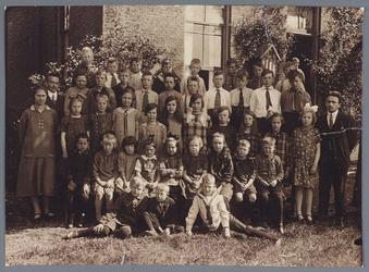 WAT002002672 Openbare lagere school, Foto v.l.n.r. achterste rij; Jaap Bakker Az., Kees Boon, Arie Wezel Fz., Gert Bark ...