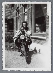 WAT002002683 Mevrouw Smit- de Vries met haar zoontje Wim Smit Jz. op de motorfiets.