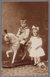 WAT002002684 Jan Smit Adrz, geboren op 12-05-1915 te Wormer met zijn zusje Elisabeth Smit, geboren op 04-05-1917 te ...