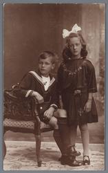 WAT002002685 Jan Smit Adrz, geboren op 12-05-1915 te Wormer met zijn zusje Elisabeth Smit, geboren op 04-05-1917 te ...