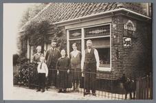 WAT002002721 Het huisje net voor de galanteriewinkel van Jan van der Lingen. Foto v.l.n.r. Cornelia Visser-Overdijk, ...
