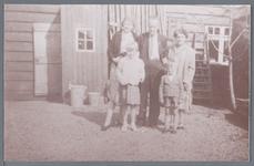 WAT002002746 Foto achterste rij v.l.n.r.; mevrouw A. Ploeger-Pauw (meisjesnaam Antje Pauw, geboren op 29-04-1911 te ...