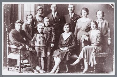 WAT002002748 Foto achterste rij v.l.n.r.; Jacob Wester, geboren op 11-05-1911 te Wormer, Stijntje (Stientje) Wester, ...