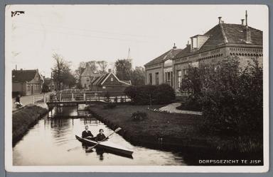 WAT002002696 In de kano de heer M. Vroom en Mevr J (Jannie) Zijp.Rechts voor; Openbare Lagere School.'Inrighting in ...