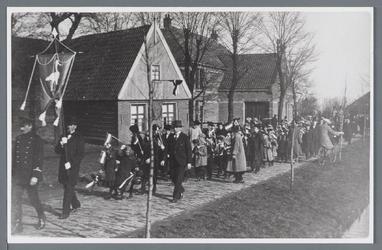 WAT002002725 Deze foto is gemaakt in 1923 tijdens de intocht van de nieuwe burgemeester W. Voster.In het huis waar de ...