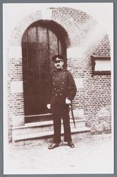 WAT002002765 Politieagent voor de voordeur van het raadhuis te Jisp.