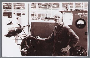 WAT002002767 Medewerker aan het werk bij papierfabriek Van Gelder Zonen te Wormer.