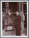 WAT002002786 Cornelis van Hesselingen, (geboren op 4-1-1914 te Jisp) was op 21 maart 1953, 25 jaar in dienst bij ...