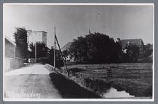 WAT002002816 Dorpsgezicht in 1914. De bocht naar rechts in de weg was nog afgeschermd door een haag. Het veel lagere ...