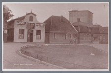 WAT002002823 Uiterst links zien we nog een stukje van de winkel van Piet Vel (Dorpsstraat nummer 81), daarnaast café ,, ...