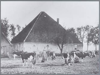 WAT002002867 Boerderij van Co Prins in de Schalsmeer.In het midden zien we een dienstmeid aan het melken en een knecht ...
