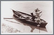 WAT002002789 IJs Heijn in zijn bootje aan het vissen.