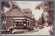 WAT002002917 Op deze foto zien we de kruideniers en manufacturenwinkel van Jacob Sjoukes jr. op de hoek van het ...