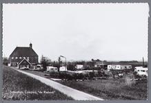 WAT002002944 Camping de Rietvink.Met links achter de Hervormde kerk van Schardam.De eerste eredienst in de voormalige ...