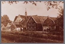 WAT002002981 Midden achter de de Nederlands-hervormde kerk van Oosthuizen met daarvoor het pand Westeinde nummer ...