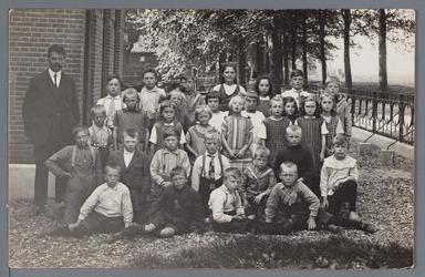 WAT002003004 Openbare lagere school Etersheim schooljaar 1929-1930.Achterste rij v.l.n.r.; Meester de Vries, Henk Bol, ...