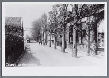 WAT002003015 Het Molenpad. Rechts de winkel van de dames Lebbing. Links de kaaspakhuizen van de Firma Van ...