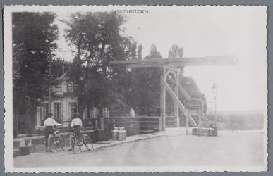 WAT002003019 Sluisbrug met links op achtergrond huis van veesarts Stapel Informatieachtergrond :De achteruitkijkspiegel ...