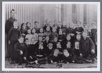 WAT002003026 Deze schoolfoto werd ca.1883 gemaakt. Geheel links: meester C.Joh. Kieviet, hij kwam in 1883 naar ...
