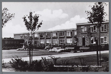 WAT002003036 Bejaardencentrum de Seevanck: Opgeleverd in november 1963. Het was voor oudere mensen een uitkomst om daar ...