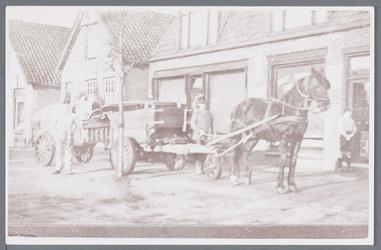 WAT002003160 Mannen van de gemeentereiniging aan het werk met hun paard en Wagen.