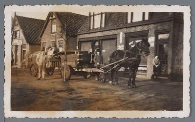 WAT002003163 Mannen van de gemeentereiniging aan het werk met hun paard en Wagen.