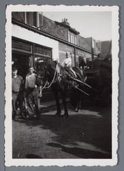 WAT002003165 Gemeentereiniging met paard en wagen.Op deze foto mocht een kind nog een stukje meerijden op de paard.