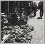 WAT001017623 Klompenhandel in Weeshuissteeg, naar Koemaarkt gezien. Op dinsdag (markt) gefotografeerd.