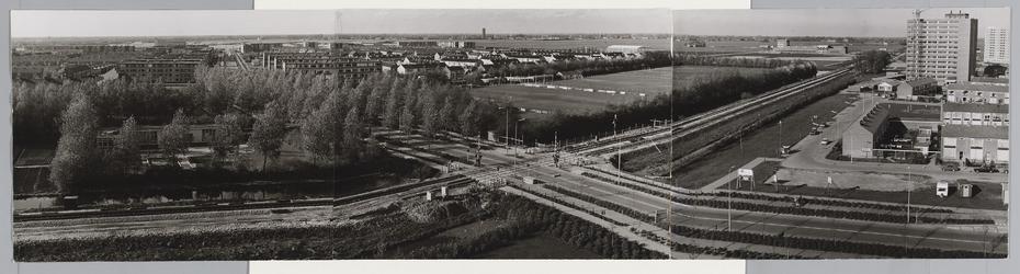WAT001017631 Overwhere I, overzicht. Bewaakte spoorwegovergang in Churchillaan op grens Wheermolen en Overwhere I. ...