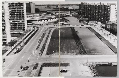 WAT001017681 Gezicht op Kennedyplein met Makado winkelcentrum in afbouw. Bezien vanaf flat Bernard Zweersstraat.