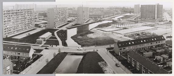 WAT001017682 Gezicht op Kennedyplein met Makado winkelcentrum in aanbouw. Bezien vanaf Boeierflat. Rechts flats ...