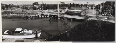 WAT001017684 Beemsterbrug, van Beemsterburgwal gezien.Op de brug rijd een Naco bus.Links achter: Zuidoostbeemster.