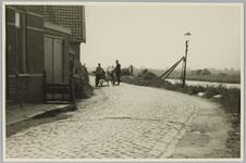 WAT001017892 Zo was de Landsmeerdijk.Midden achter: man met bakkerskar in gesprek met een buurtbewoner.
