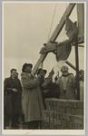 WAT001017903 Burgemeester Post hijst de vlag bij het bereiken van de dakspanten op het nieuwe Rusthuis.Korte terugblik, ...