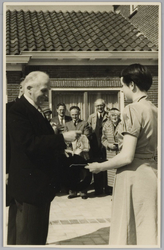 WAT001017905 De Commissaris der Koningin Baron de Vos van Steenwijk opent De Keern.De dochter van de Burgemeester biedt ...