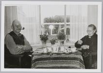 WAT001018006 Bejaarden in hun nieuwe tehuis de Keern Huiselijk tafereel, kopje koffie, de man met zijn pijp en moeders ...