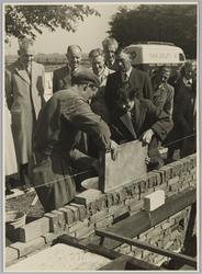 WAT001018088 Rita Post, dochter van burgemeester, legt eerste steen van 4 woningen te Watergang. Achter v.l.n.r. v/d ...