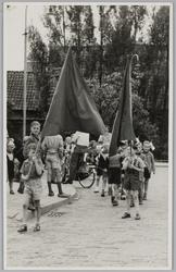 WAT001018099 Een noodschool (openbare lagere school/ kleuterschool) wordt geopend.Hoek Dorpstraat/ Raadhuistraat.
