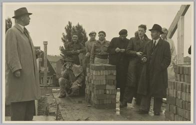 WAT001018104 Rusthuis De Keern. Toespraak Burgemeester G.G. Post bij vlag op het in aanbouw zijnde Rusthuis. Foto: ...