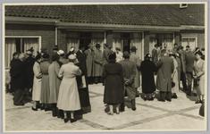WAT001018116 Rusthuis De Keern (nu oude Keern) Dorpsstraat 29. De opening. Op het terras.Stukje uit de krant van 8 mei ...