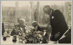 WAT001018124 Opening rusthuis De Keern (nu Oude Keern). Even nog een onderonsje. Burgemeester G.G. Post ende heer dr. ...