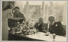 WAT001018126 Opening rusthuis De Keern (nu Oude Keern). De thee wordt rondgediend.Rechts Burgemeester G.G. Post en ...