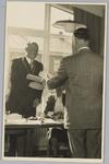 WAT001018130 Opening rusthuis De Keern (nu Oude Keern). Overhandiging van de oorkonde.Links burgemeester G.G.Post.
