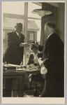 WAT001018131 Opening rusthuis De Keern (nu Oude Keern). Overhandiging van de tweede voorzittershamer door de vroegere ...