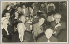 WAT001018145 Opening rusthuis De Keern (nu Oude Keern).Genodigden. In het midden met bril wethouder C. Vermeij.