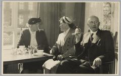 WAT001018146 Opening rusthuis De Keern (nu Oude Keern).Genodigden.Een gezelig zitje. Links mevrouw Davidse, rechts ...