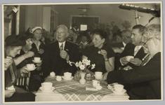 WAT001018147 Opening rusthuis De Keern (nu Oude Keern).Foto: v.l.n.r. Mevrouw Bakker, ??, ??, de hoofdaannemer de Boer ...