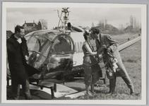 WAT001018273 Eerste Sportweek in Landsmeer. Aankomst via helikopter van Miss Sportweek Agnes Kroon.