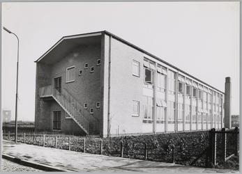WAT001018289 O.L. Twiskeschool. Opening. Stentorstraat. West- en Zuid-gevel (Nu Amsterdam)Uit de krant van Vrijdag l ...