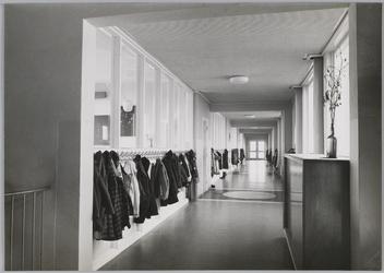 WAT001018292 O.L. Twiskeschool. Opening. Stentorstraat. West- en Zuid-gevel (Nu Amsterdam)Uit de krant van Vrijdag l ...